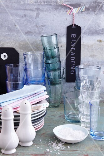 Crockery, napkins and glasses for guests