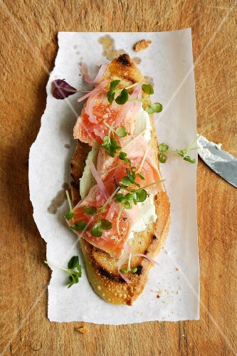 Crostini with wasabi cream cheese, salmon and pickled ginger