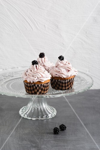 Cupcakes with blackberries and blackberry cream