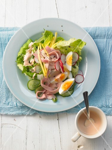 Spicy chef's salad with strips of ham