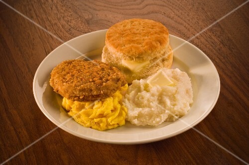 Chicken escalope with scrambled eggs, grits and biscuit (USA)