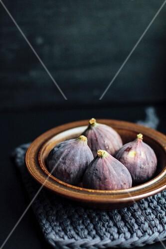 Fresh figs in a ceramic bowl