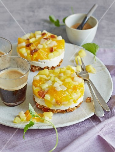 Cheesecake tartlets with yellow fruit compote