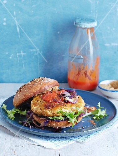 Wholemeal veggie burgers with roasted onions and homemade ketchup
