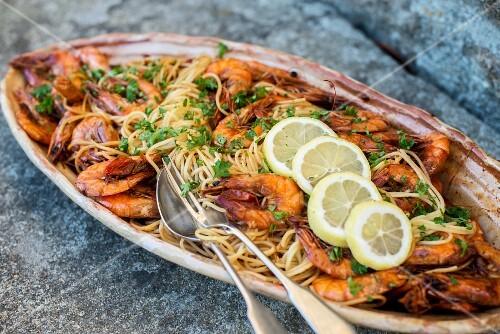 Spaghetti with prawns and lemon slices