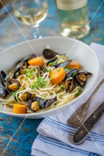 Spaghetti with mussels, carrots and white wine