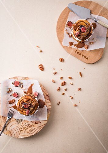 Mini spiced tartlets with yeast buns, meringue, chocolate and caramel sauce and fresh figs