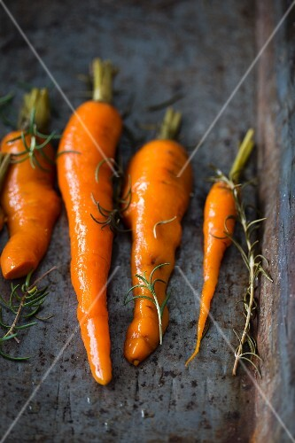 Baked carrots with rosemary