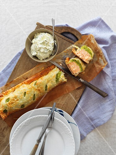Salmon with spinach in puff pasty with a herb dip