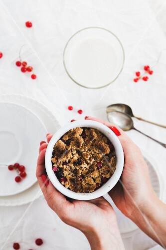 Wholemeal crumble with redcurrants