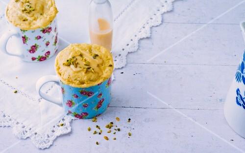 Mug cakes with eggnog and pistachios