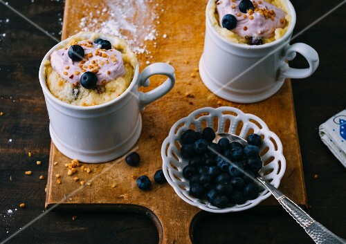 Sour cream mug cake with blueberries and a brittle topping