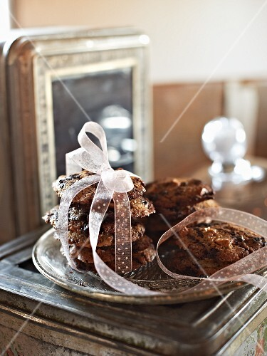 Chocolate and cashew nut cookies as a gift