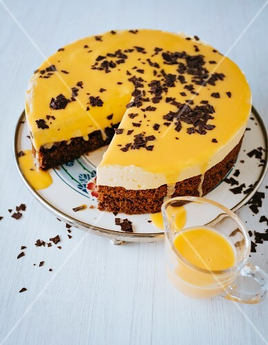 Gluten-free eggnog cake with grated chocolate