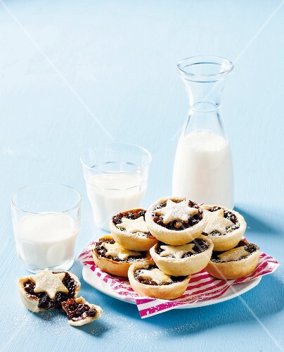 Classic mince pies with icing sugar and milk (Christmas)