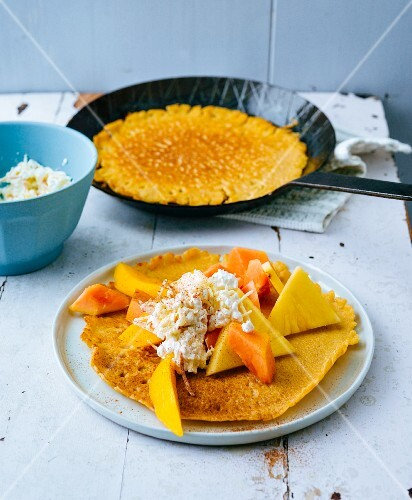 Gluten-free pancakes with exotic fruits and apple cream cheese