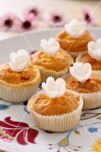 Muffins decorated with white sugar flowers