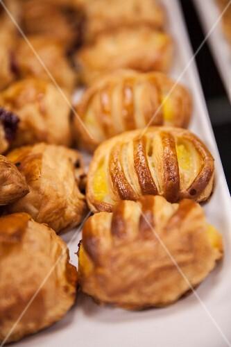 Sfogliatine con la crema (puff pastries filled with cream, Italy)