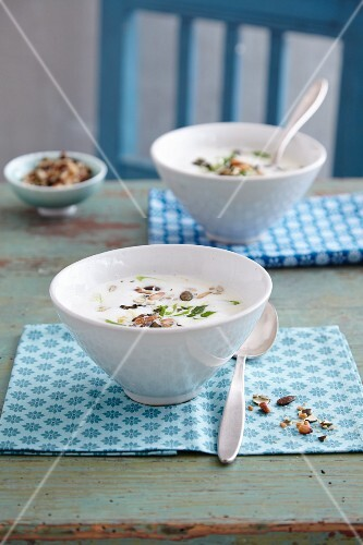 Quick cauliflower soup with a mixed seeds