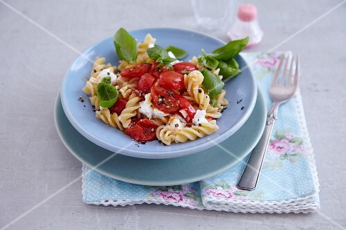 Quick pasta with cocktail tomatoes and goat's cream cheese