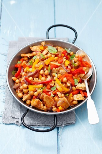 Fried chicken with peppers, chickpeas and red onions