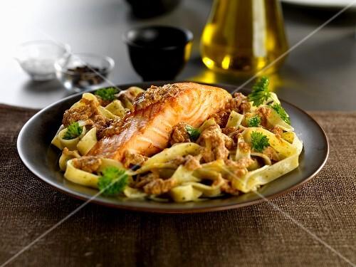 Salmon fillet with tagliatelle and pesto siciliano