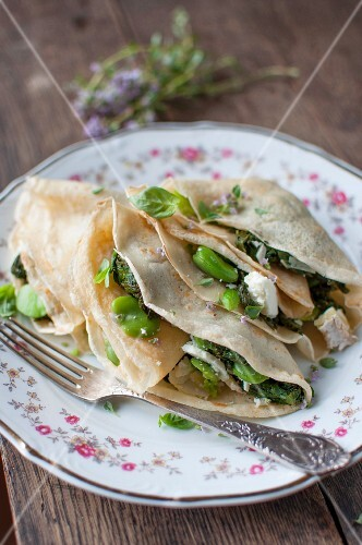 Crêpes with spinach, beans, goat's cheese and herbs