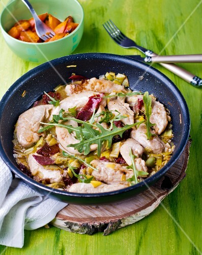 Chicken in white wine with vegetables and rocket
