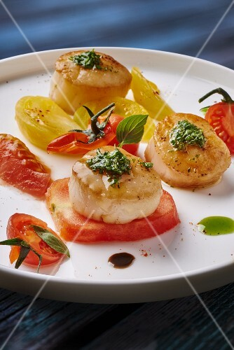 Scallops with tomatoes and pesto