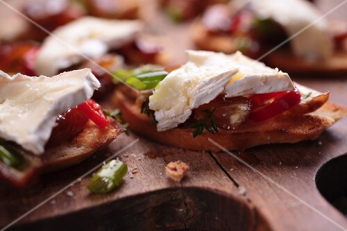 Grilled bread topped with brie and spicy dates