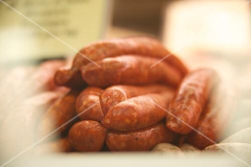 Rohwürste in einer Metzgerei
