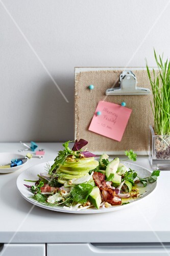 Spinach and avocado salad with crispy bacon