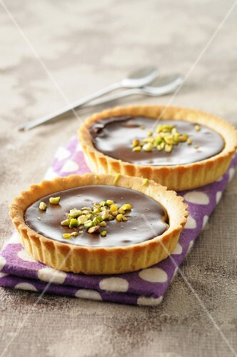 Chocolate tartlets with pistachio nuts