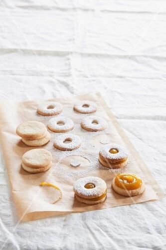 Sandwich biscuits with mango cream