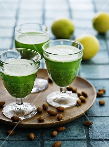 Green smoothies with almonds