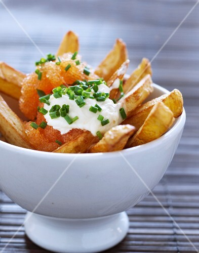 Chips with caviar, crème fraîche and chives