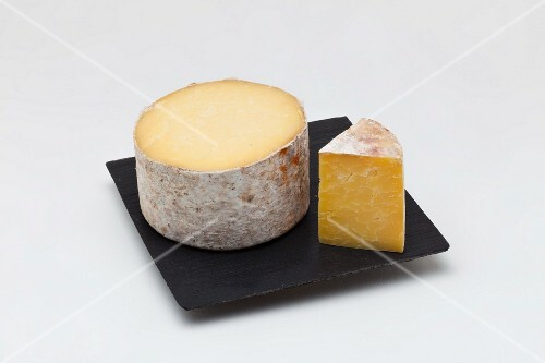 Cheddar fermier (hard cheese from England)