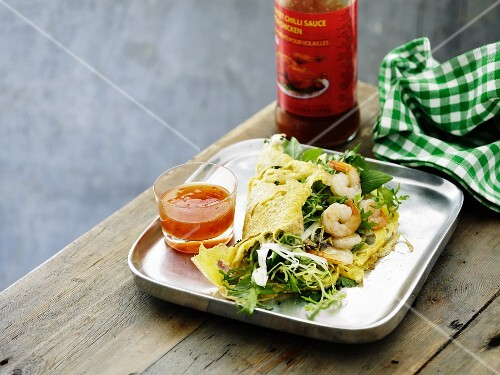 Omelette with salad, prawns and chilli sauce