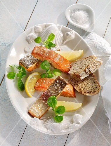 Smoked salmon with lemon wedges and bread