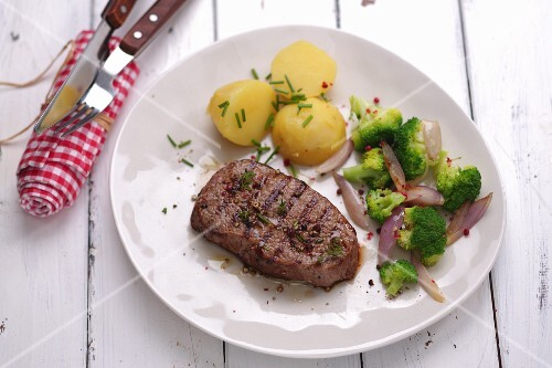 Rump steak with potatoes and broccoli