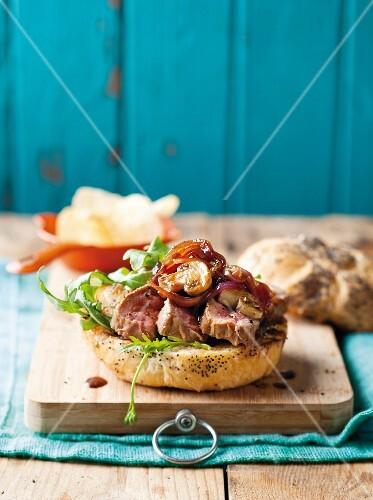 Steak-Burger mit Pilzen undkaramellisierten Zwiebeln