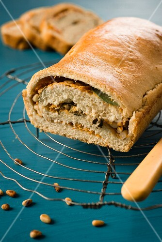 Stuffed bread with persimmons, sage and peanuts