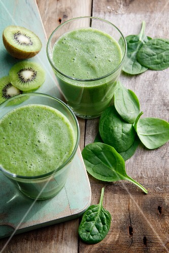 Apple, spinach and kiwis smoothies