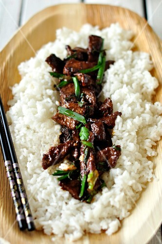 Beef with spring onions on a bed of rice (China)