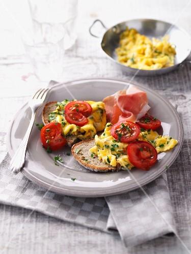 Herb scrambled egg with ham and fresh tomatoes