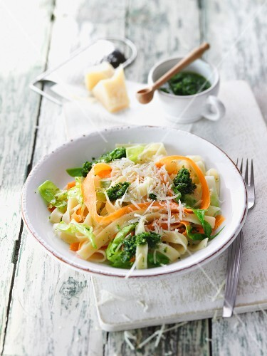 Pointed cabbage pasta with carrots and purslane pesto