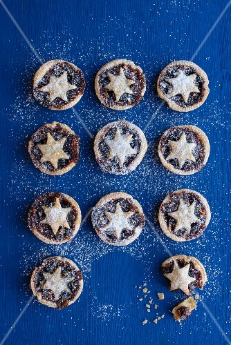 Mince pies dusted with icing sugar (seen from above)