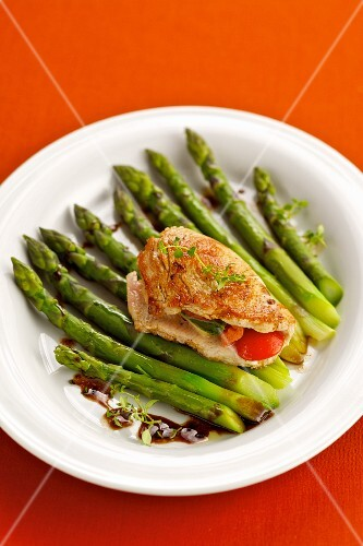 Stuffed turkey escalope with green asparagus