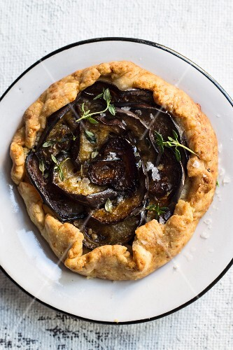 Cheese tartlet with red onions and aubergines