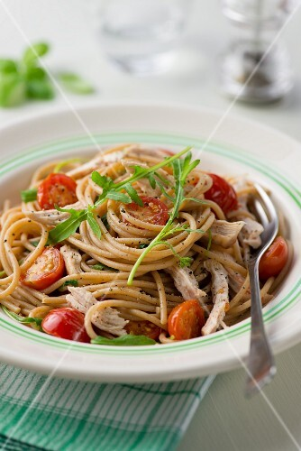 Spaghetti with chicken, rocket and cherry tomatoes